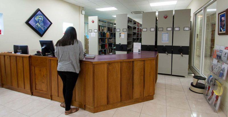 área de servicio al público en la biblioteca