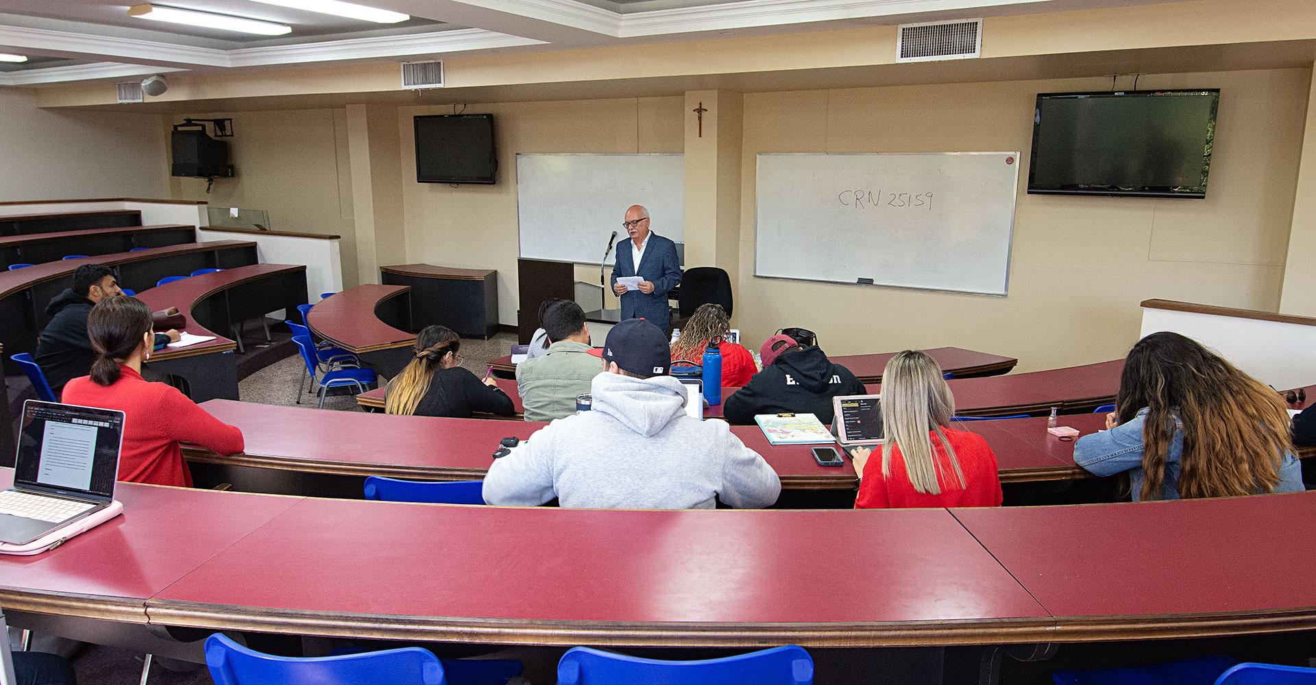 Prof. Pedro Ortiz Álvarez ofreciendo su clase
