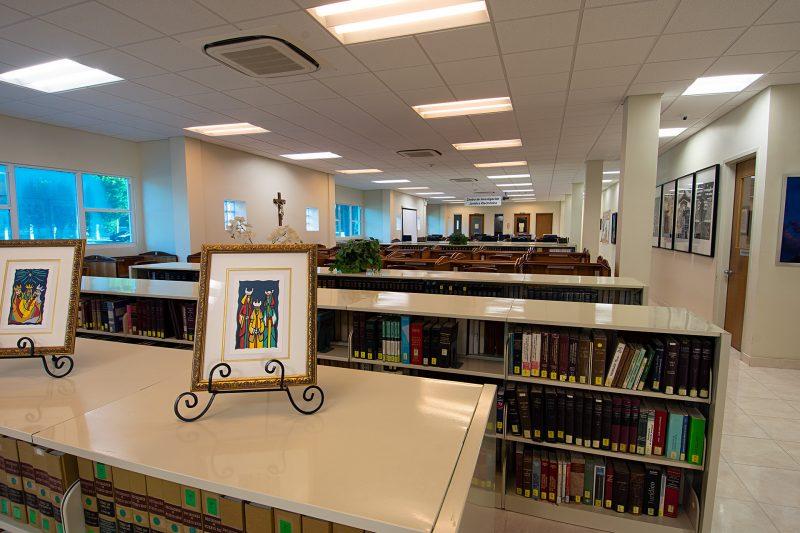 Área de estudio en primer nivel de la Biblioteca y en el fondo el Centro Técnologico